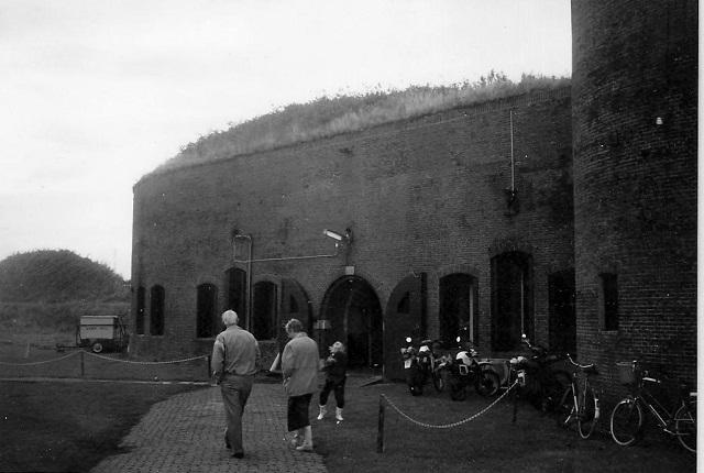 Ik stuur u hierbij een foto van 8 september 1990 toen wij met mijn vader W. Scharloo op zijn 75e verjaardag en op monumentendag voor het eerst, nadat hij als soldaat op het fort gelegerd was, hier weer een bezoek brachten. (ingezonden door Marjan Korbijn - Scharloo)